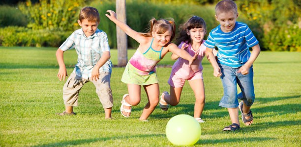 children-play-with-ball-612x300.jpg (612×300)