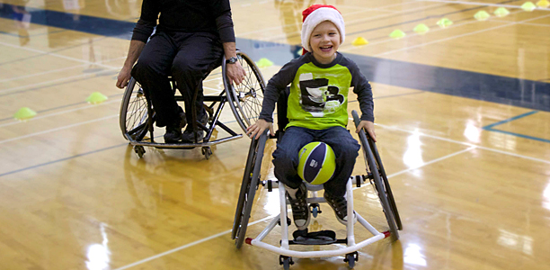 Let 39 s play helps kids in wheelchairs to develop physical for Basketball en chaise roulante