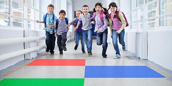 On encourage ces élèves à sauter dans les couloirs