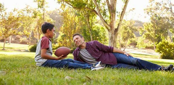 fahter-son-talking-football