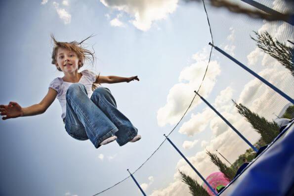 Comment aider votre enfant à développer ses habiletés motrices dans les airs