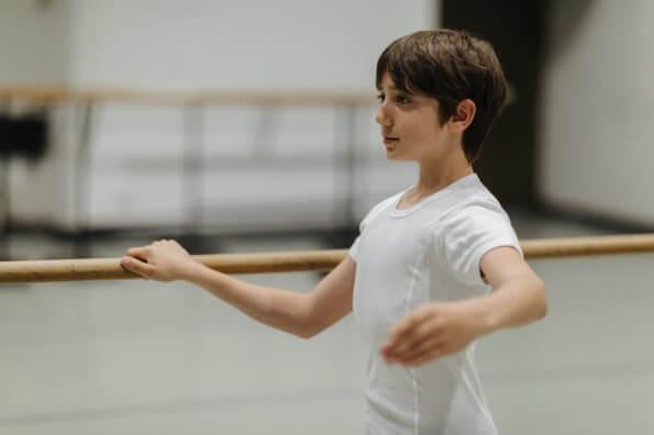 Le ballet chez les garçons : la danse développe la force, l'équilibre et la discipline