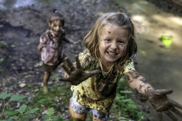 Terrains de jeu naturels : pourquoi ils sont essentiels pour les jeunes enfants