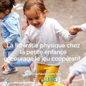 La littératie physique chez la petite enfance encourage le jeu coopératif.