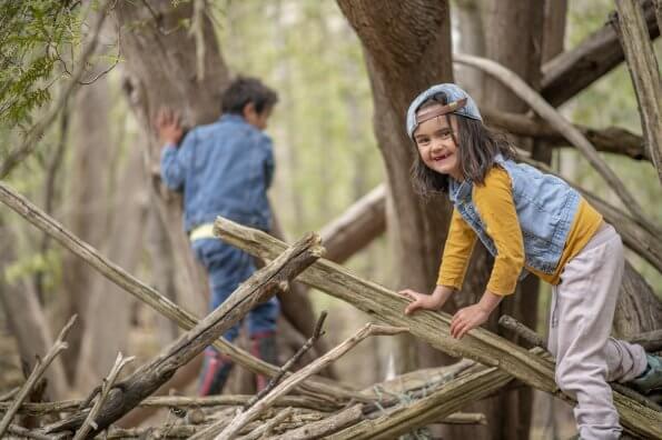 Profiter de la forêt devant la maison en utilisant les approches de l'école de la nature